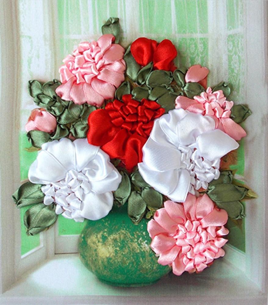 Маникюр розовый с белым френчем и лункой